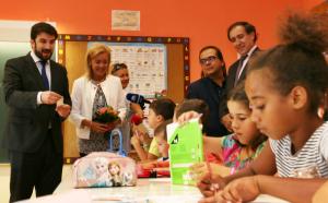 Ministro da Educação e Presidente da Câmara Municipal da Amadora com os alunos da EB1/JI Brito Pais