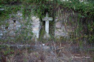 Uma cruz granitica encastrada num nicho do muro da Quinta dos Lóios