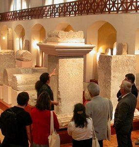 A Sociedade Romana, tendo como ponto de partida os monumentos funerários e votivos presentes na coleção do museu